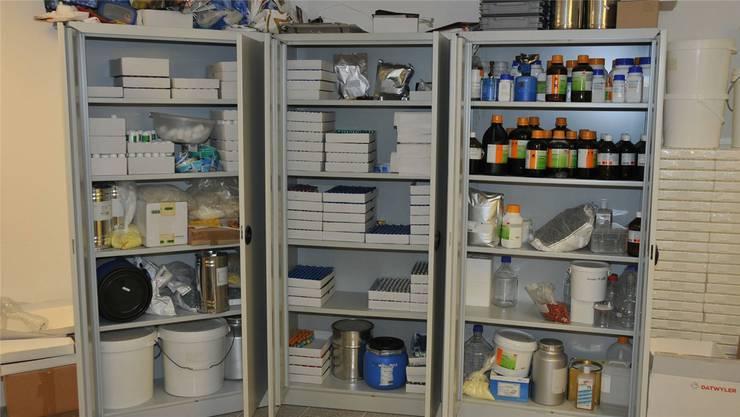 Die Händler verkauften Anabolika im grossen Stil: Das Bild zeigt nur einen Teil der sichergestellten Substanzen. Bild: Kapo AG