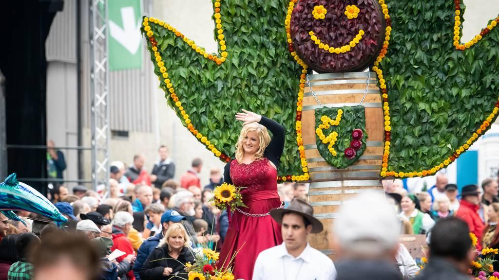 «De Herrgott isch ä Döttiger»: Grösster Winzerumzug der Deutschschweiz im Wetterglück