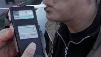 Der Töfffahrer war betrunken unterwegs, die Messungen ergaben einen Wert von 1.4 Promille. (Symbolbild)
