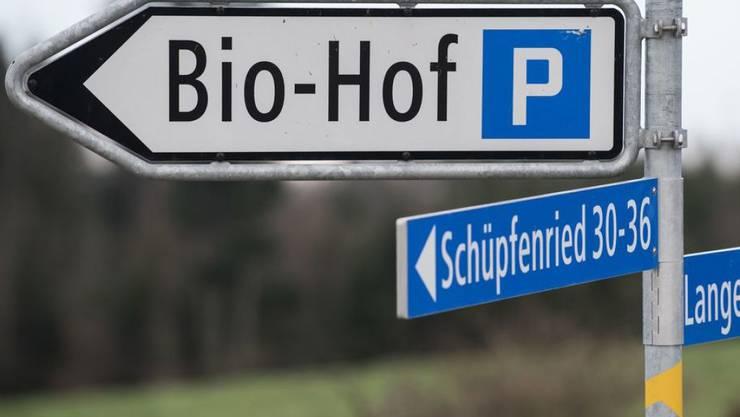 Das Schild weist in die richtige Richtung: In der Schweiz setzt sich das Bauernhofsterben zwar fort, aber die Bio-Kurve weist weiterhin nach oben. (Archivbild)