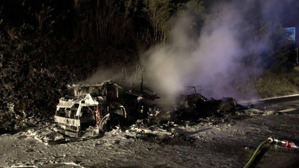 Wohnmobil fängt auf der Autobahn Feuer
