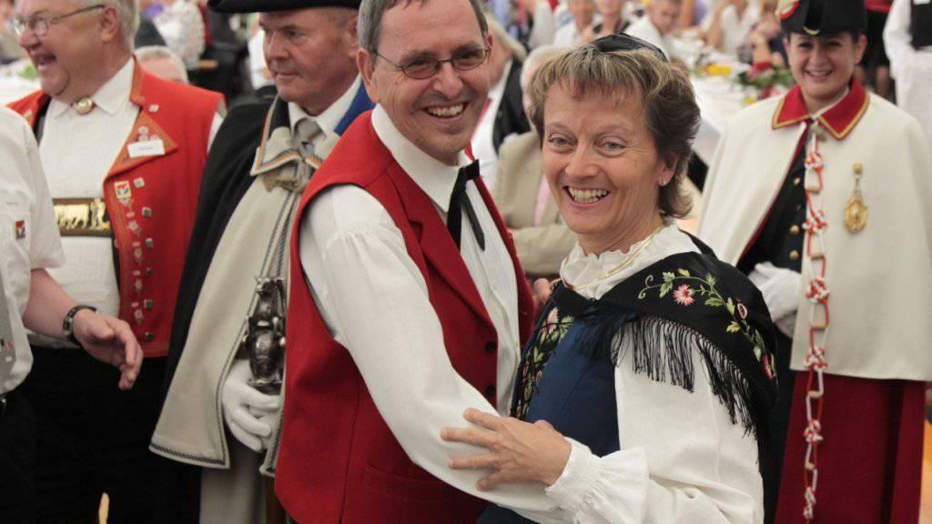 Da waren die Probleme am Bündner Kunstmuseum noch in weiter Ferne: Der Bündner Regierungsrat Martin Jäger (links) im September 2011 bei einem Tänzchen mit der damaligen Bundesrätin Eveline Widmer-Schlumpf.