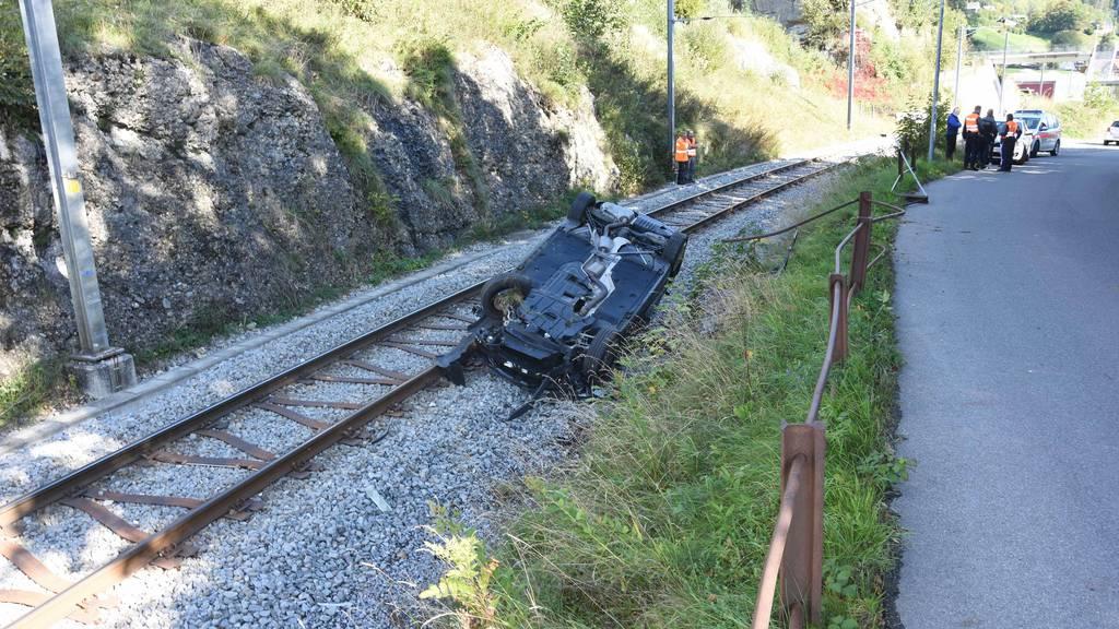 Fahrerin abgelenkt – Auto landet auf Bahngleisen