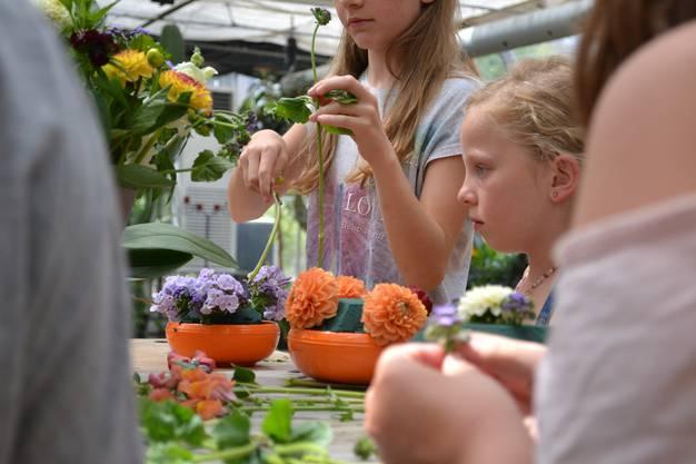 Verschiedenste Blumen können die Mädchen verwenden.