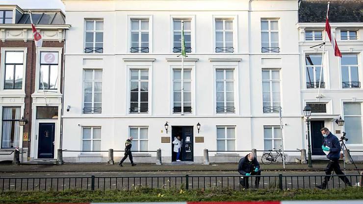 Die Polizei untersucht vor der Botschaft von Saudi-Arabien in Den Haag, nachdem mehrere Schüsse auf die Botschaft abgegeben worden sind. Zu den Hintergründen oder zu mutmaßlichen Tätern gab es zunächst keine Informationen. Foto: Sem Van Der Wal/ANP/dpa