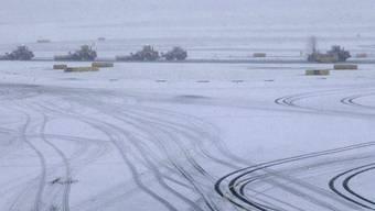 Schneeräumungsfahrzeuge auf einem Rollfeld des Amsterdamer Flughafens Schiphol (Archiv)