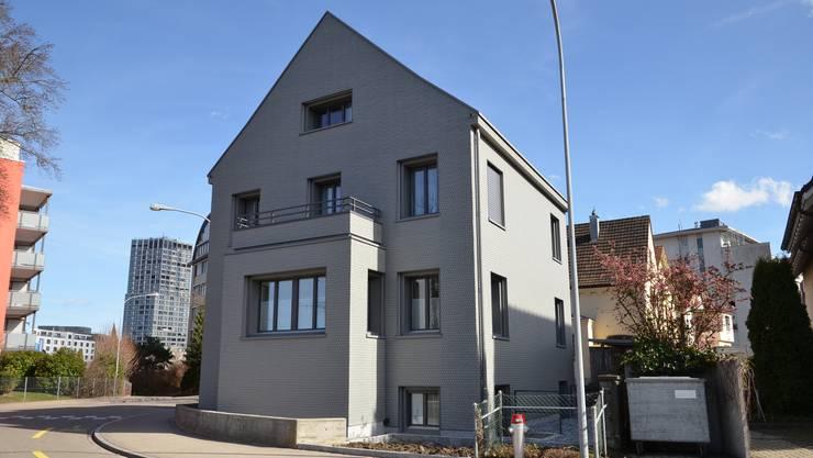 Auch aussen ist die Veränderung sichtbar. Aus dem weissen Haus mit den roten Jalousien ist ein modernes Gebäude geworden.