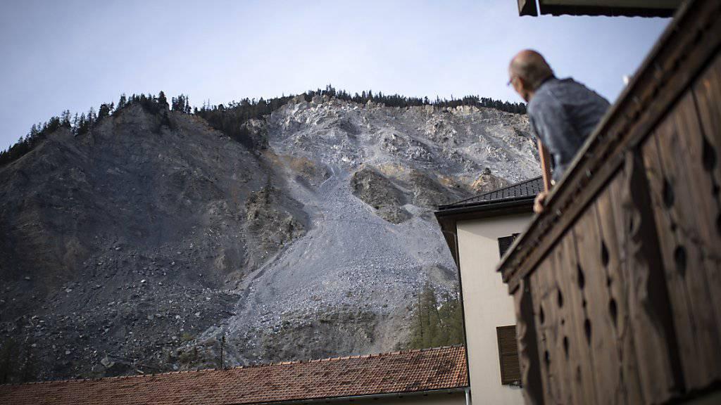 Bedrohlich: das Dorf Brienz im Bündner Albulatal wird von einem grossen Bergsturz bedroht. Aus Sicherheitsgründen haben die Behörden die Bevölkerung am Freitag über eine rasche Evakuierung des Dorfes informiert. Die Wahrscheinlichkeit dafür sei aber klein.