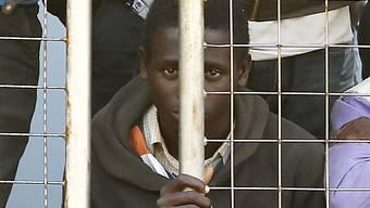 Gerettete Bootsflüchtlinge kommen in Italien an (Archiv)