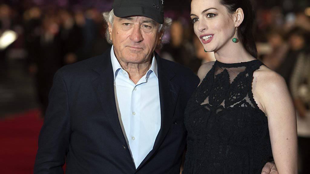Robert De Niro hat ein altmodisches Handy. Das findet seine 40 Jahre jünge Schauspielkollegin Anne Hathaway «süss». (Archivbild)