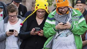 """Die Gedenkstätte Auschwitz hat die Macher von """"Pokémon Go"""" aufgefordert, das Gelände des ehemaligen Konzentrationslagers aus dem Spiel zu entfernen. Auf dem Bild sind Pokémon-Jäger in den Niederlanden zu sehen. (Symbolbild)"""
