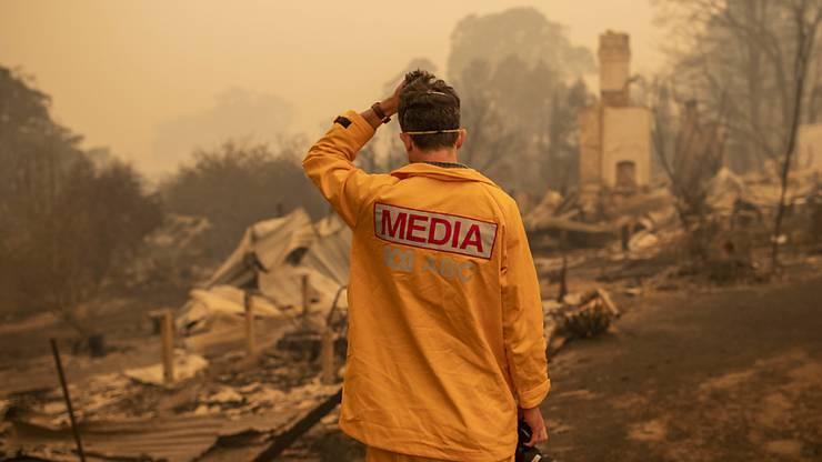 Unaufhaltsame Feuerwalze: ABC-Fotograf Matt Roberts vor den Trümmern des Hauses seiner Schwester in Quaama im australischen Bundesstaat New South Wales.