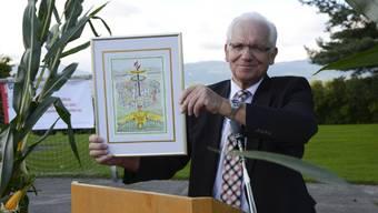 Franz Schreier an der 750 Jahr-Feier von Horriwil mit einem Geschenk der Regio Energie. (Archiv)