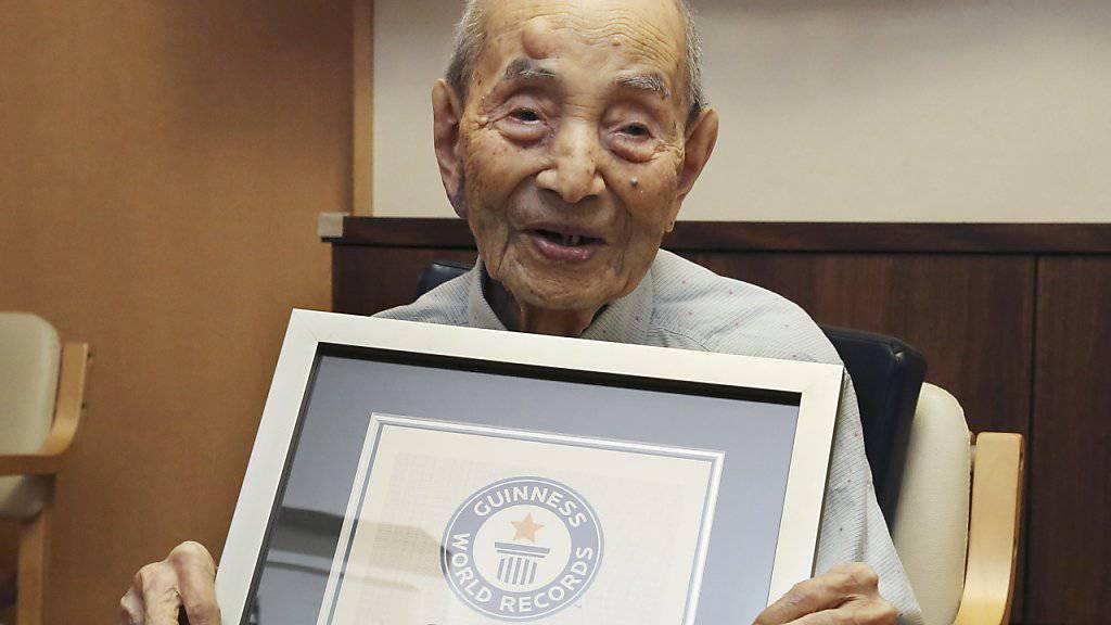 Koide mit seinem Weltrekord-Zertifikat. Der 112-Jährige ist nun gestorben. (Archiv)