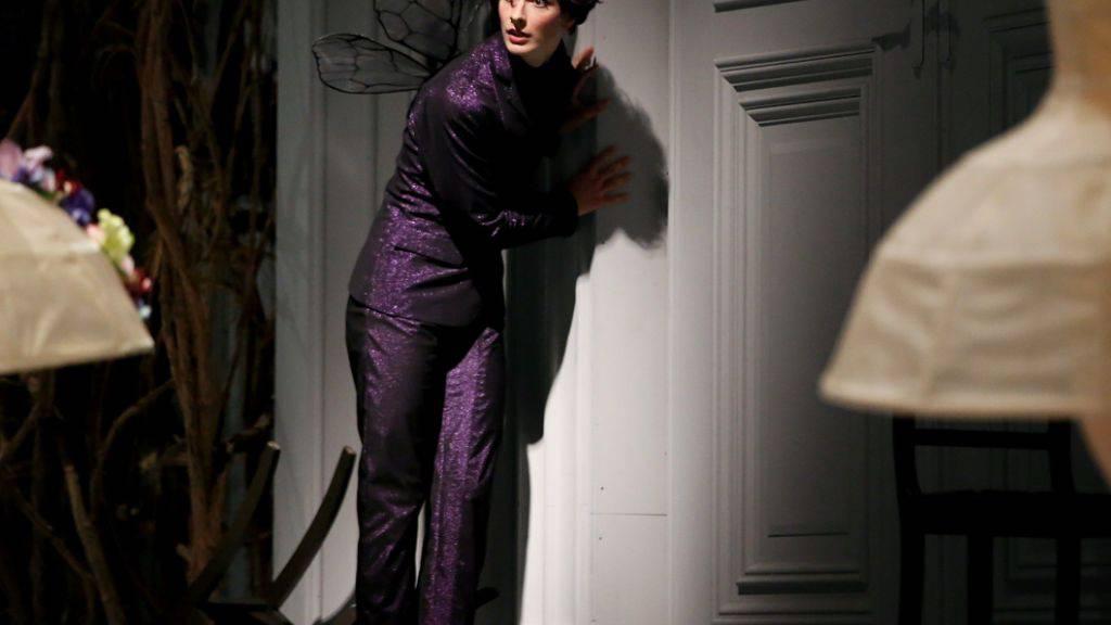 Die gute Fliederfee (Jan Casier) - am Zürcher Ballett getanzt von einem Mann - mildert den Fluch: Dornröschen wird nicht sterben, sondern in einen hundertjährigen Schlaf fallen.