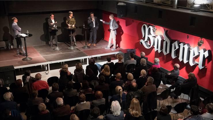 Rund 170 Besucher verfolgten das Wahlkampfpodium in der «Druckerei» des BT-Hochhauses. Auf der Bühne (von links): Moderator Martin Rupf, die Stadtammannkandidaten Erich Obrist, Sandra Kohler und Markus Schneider, Moderator Roman Huber.