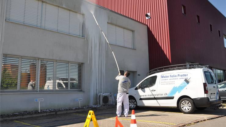 Mit ihrer selbst entwickelten Technik der Pilz-, Algen- und Moosbekämpfung kann die Maler Pratter AG auf Gerüste und Farbe verzichten.