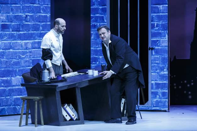 Gabriel von Eisenstein und Gefängnisdirektor Frank geben sich zu erkennen.