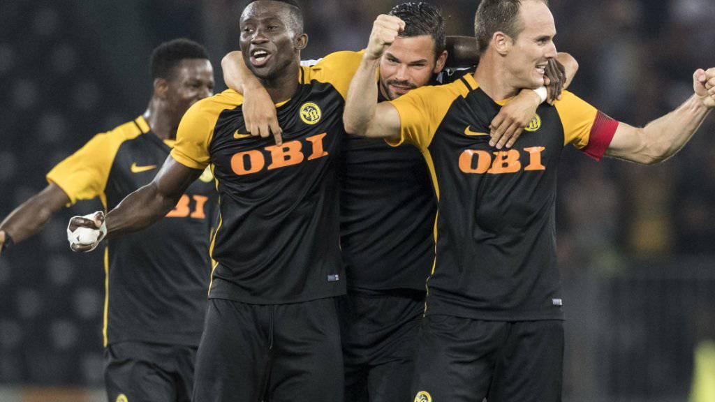 2:0 gewonnen, die Qualifikation für die Playoffs erreicht - die Berner liegen sich in den Armen