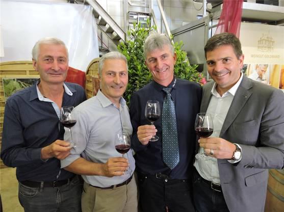 Prost (v.l.): Martin Wetzel (Weingut Würenlos), Michael Wetzel (Weingut Goldwand), Jürg Wetzel (Ennetbaden) und Philip Doka (Präsident Trottenkommission).