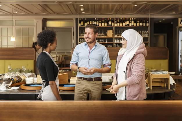Hotel la Couronne. Direktor Roman Oschwald im Gespräch mit zwei Flüchtlingsfrauen, die eine einjährige Integrationsvorlehre absolvieren
