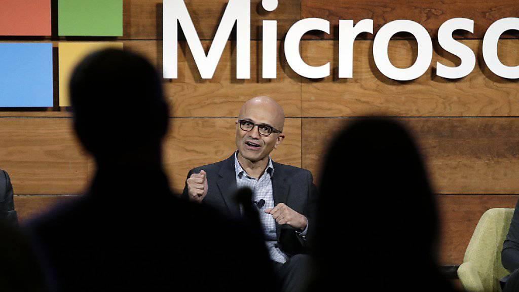 Deutlich mehr Umsatz und Gewinn: Microsoft hat unter der Führung von Konzernchef Satya Nadella (Mitte) seine Geschäfte erfolgreich auf Internetdienstleistungen wie Cloud-Datenbanken verlagert. (Archivbild)