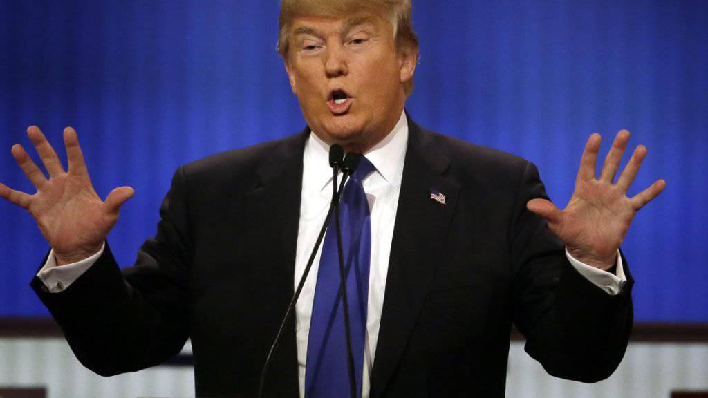 Kleine Hände? Präsidentschaftsbewerber Donald Trump geht bei der jüngsten TV-Debatte unter die Gürtellinie.