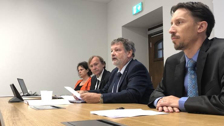 Andrea Affolter, Andreas Bühlmann (Chef Amt für Finanzen), Finanzdirektor Roland Heim, Simon Bürki (VP Finanzkommission)