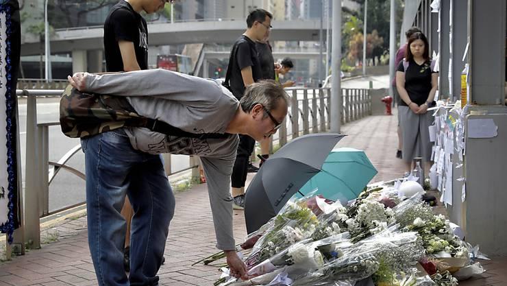 Menschen gedenken in Hongkong eines verstorbenen Mannes: Bei den anhaltenden Protesten stürzte der Demonstrant in den Tod.