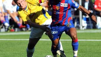 Während dem FC Basel die meisten Sponsoren die Treue halten, senkt sich über das Engagement von Geldgebern bei Dorfvereinen wie dem FC Oberdorf (hier eine Szene aus einem Testspiel gegen den FCB im Juli 2008) ein dunkler Schatten.