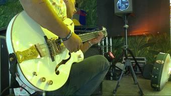 """Kleiner aber feiner Auftritt: Nach dem Motto """"Spass statt Zuschauerzahlen"""" heizte die Aarauer Punkrock-Band in der Bamboo-Bar ein."""
