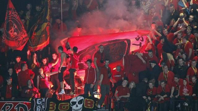 Berner Fans zünden Rauchbomben im Hallenstadion in Zürich
