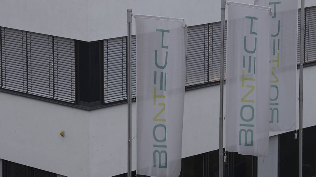 Die Firmenzentrale von Biontech in Mainz liegt im Morgennebel. Für heute rechnet die Firma mit der Zulassung ihres Corona-Impfstoffes durch die Europäischen Arzneimittelbehörde. Foto: Boris Roessler/dpa