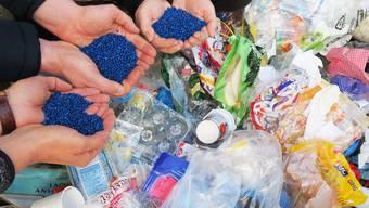 Beim Rezyklieren wird ein Kunststoffgranulat gewonnen, das zur Herstellung von neuen Produkten verwendet werden kann.