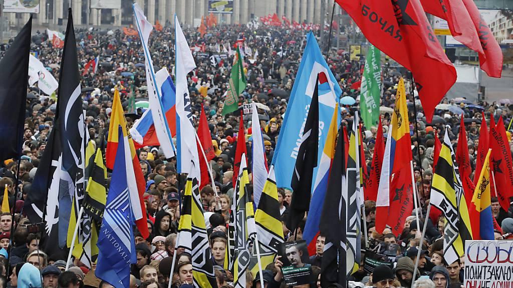 Tausende Menschen demonstrieren in Moskau für die Freilassung politischer Gefangener.