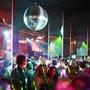 Seit dem 9. Juli waren in Bar- und Club- betrieben noch 100 Gäste erlaubt. Jetzt werden die Regeln strenger.(Symbolbild)