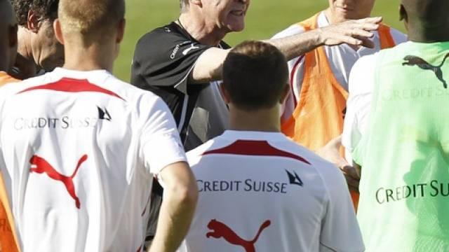Hitzfeld und seine Spieler freuen sich über das Vorrücken im FIFA-Ranking