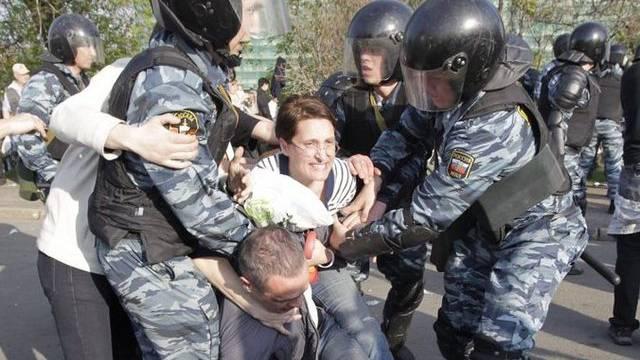 Russische Polizisten verhaften am 6. Mai einen Anti-Putin-Demonstranten (Archiv)