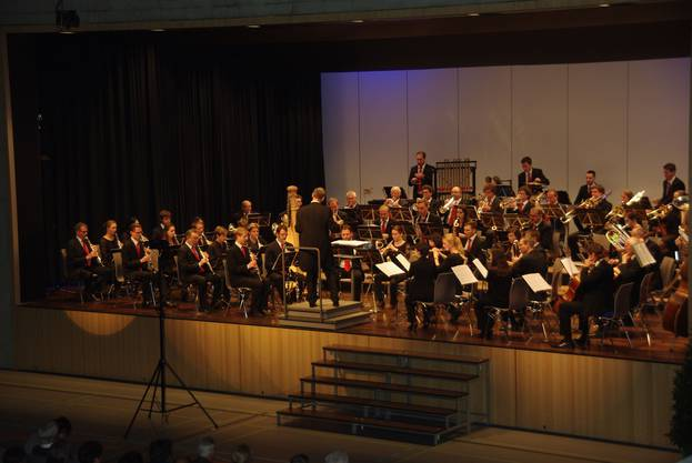 Das Blasorchester Gebenstorf spielte erstmals in der neuen Mehrzweckhalle