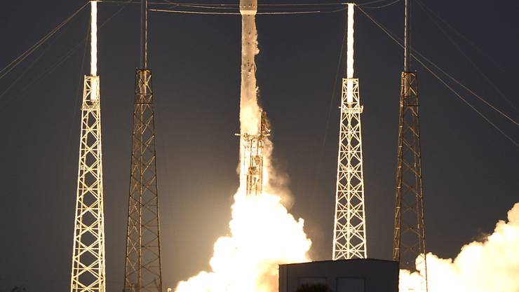 Start geglückt - Landung misslungen: Die SpaceX Falcon 9 Rakete brachte von Cape Canaveral aus erfolgreich einen Satelliten ins All.