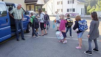 Chauffeur Toni Ackermann hat eine Gruppe Kinder beim Schulhaus in Ramiswil aussteigen lassen.