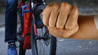 Der E-Biker fahrer soll unvermittelt zugeschlagen haben.