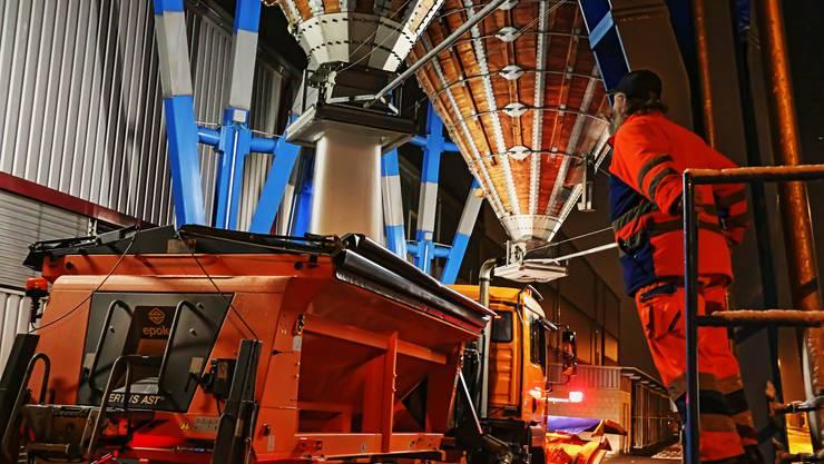 Urs Siebenhaar, Unterhaltsmitarbeiter am Werkhof Münchwilen, lässt aus einem Siloturm knapp vier Tonnen Salz in den Anhänger des Räumfahrzeugs ein.