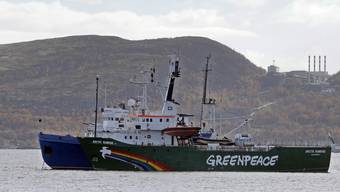 """Das Foto zeigt, wie ein Schiff der russischen Küstenwache die """"Arctic Sunrise"""" am 24. September 2013 eskortiert."""