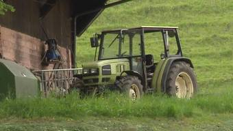 Ein 62-jähriger Trimbacher Landwirt stieg beim Mähen aus dem Traktor und ist unter die rollende Maschine geraten. Er hat sich dabei schwer verletzt.