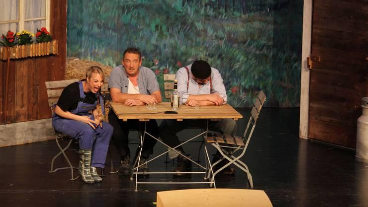 Szene aus dem letztjährigen Stück «Ich? Verchleide? Niemols!»: Die Aufführungen der Chaostheatergruppe Wohlen waren ein Erfolg.ZVG