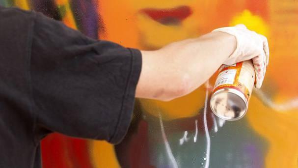 Der gewalttätige Sprayer wurde von der Polizei verhaftet (Symbolbild).