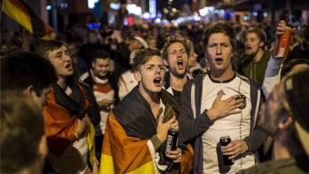 Ausgelassen, aber gesittet feiern die Deutschen in der Stadt Zürich den Sieg gegen Brasilien.