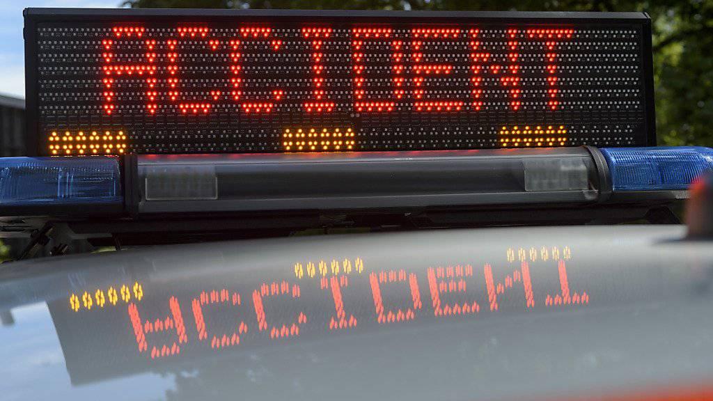 Bei einem Selbstunfall auf der Autobahn bei Versoix GE ist am frühen Sonntagmorgen ein Paar ums Leben gekommen. (Symbolbild)