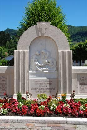 Auf dem Vorplatz der Kirche St. Martin in Mümliswil steht ein Denkmal, das an die 32 Toten der Explosionskatastrophe vom 30. September 1915 in der Kammfabrik Mümliswil erinnert. Dort fand am 100. Jahrestag eine kurze Gedenkfeier statt, bei der Landammann Roland Heim und Gemeindepräsident Kurt Bloch einen Kranz niederlegten. Bloch erinnerte in einem kurzen Abriss an das schreckliche Geschehen der Explosion mit Brandfolge, bei der neben den Toten auch noch 17 Schwerverletzte zu verzeichnen waren. Besonders beeindruckend seien zum einen die Solidaritätsbezeugungen aus der ganzen Schweiz gewesen. Zum andern, wie sehr sich der damalige Patron Otto Walter Obrecht dafür einsetzte, dass die Mitarbeitenden 60 bzw. 50 Prozent des Lohnes erhielten während der Zeit, in der wegen der zerstörten Gebäude nicht gearbeitet werden konnte. «Heute nennt man das Sozialplan», sagte Bloch. Roland Heim bezeichnete es als eine würdevolle Aufgabe, als Landammann am Anlass zum Gedenken teilzunehmen. Ungleich schwerer müsse es für Landammann Robert Schöpfer gewesen sein, der sich 1915 am Unglückstag vor Ort für die Hilfe einsetzte. «Wie damals die Solidarität und die Anteilnahme funktionierten, ist vorbildlich», betonte Heim. Heute gebe es Institutionen wie die Glückskette oder auch die Suva, die es ermöglichen, menschliche und wirtschaftliche Tragödien abzufedern. (wak)